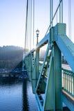Ponte di St Johns sopra il fiume di Willamette al sole immagine stock