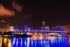 Ponte di storia all'angolo basso di paesaggio urbano di notte immagine stock libera da diritti