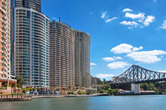 Ponte di storia sopra il fiume di Brisbane dagli edifici per uffici moderni Immagine Stock Libera da Diritti