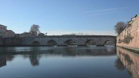 Ponte di Tiberius dal canale di Rimini archivi video