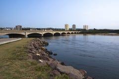 Ponte di traffico sopra la bocca del fiume Durban Sudafrica di Umgeni immagine stock