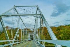 Ponte di traghetto di Dingmans attraverso il fiume Delaware nelle montagne di Poconos, collegando gli stati della Pensilvania e d fotografia stock libera da diritti