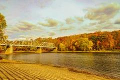 Ponte di traghetto di Dingmans attraverso il fiume Delaware nelle montagne di Poconos, collegando gli stati della Pensilvania e d fotografie stock libere da diritti