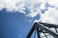 Ponte di trave sotto un cielo nuvoloso fotografia stock