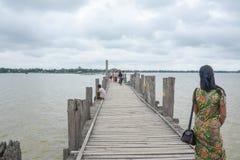 Ponte di U Bein, Myanmar 2 agosto 2015: Il Myanmar stava camminando sul ponte di U Bein con la sua bicicletta Fotografie Stock Libere da Diritti
