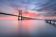 Ponte di Vasco da Gama a Lisbona ad alba Immagine Stock Libera da Diritti