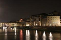 Ponte di Ponte Vecchio a Firenze alla notte Immagini Stock