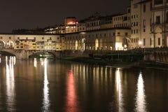Ponte di Ponte Vecchio a Firenze alla notte Fotografia Stock Libera da Diritti