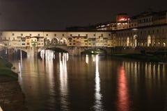 Ponte di Ponte Vecchio a Firenze alla notte Fotografia Stock