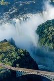 Ponte di Victoria Falls con le cadute nel fondo Fotografia Stock