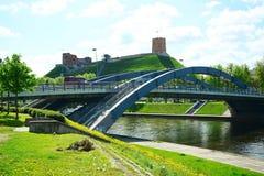 Ponte di Vilnius Mindaugas sopra il fiume di Neris Fotografie Stock Libere da Diritti