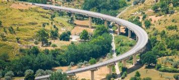 ponte di vista panoramica con i lotti di verde Immagini Stock Libere da Diritti