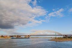Ponte di Waal con cielo blu e la nuvola Fotografia Stock Libera da Diritti