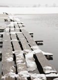 Ponte di Woodden in neve Fotografia Stock