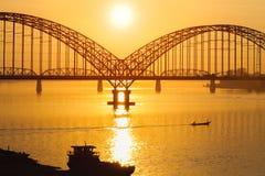 Ponte di Yadanarbon al tramonto immagine stock libera da diritti