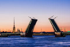 Ponte divorziato del palazzo durante il wiev di notti bianche su Kuntskamera, St Petersburg, Russia 3 luglio 2010 Immagini Stock