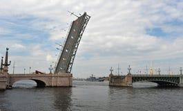 Ponte divorziato di Liteiny attraverso il fiume di Neva a St Petersburg fotografia stock