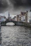 Ponte do alojamento do ` dos Burghers de Poortersloge e canal Bruges Fotos de Stock Royalty Free