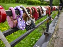 Ponte do amor eterno com os cadeado com os nomes dos recém-casados imagem de stock royalty free