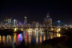 Ponte do andar e cidade de Brisbane com água imóvel Foto de Stock Royalty Free