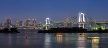 Ponte do arco-íris com o barco de turistas na baía do Tóquio, Odaiba, Japão Fotos de Stock Royalty Free