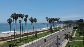 Ponte do arco-íris de Arco e palmeiras do leste da praia video estoque