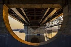 Ponte do automóvel sobre o rio de Dnieper foto de stock
