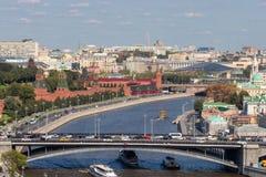 Ponte do automóvel sobre o rio de Moscou A Moscovo Kremlin imagens de stock royalty free