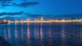 Ponte do aviso, a ponte levadiça, a ponte no rio Neva, St Petersburg, Rússia filme