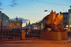 Ponte do banco com os grifos em St Petersburg Noites brancas Imagens de Stock Royalty Free