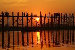 Ponte do bein de U no por do sol em Amarapura perto de Mandalay, Myanmar (Burma) Foto de Stock