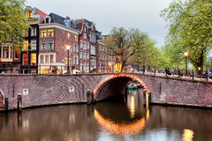 Ponte do canal em Amsterdão na noite Fotografia de Stock