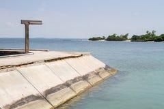 A ponte do cimento do molhe ou da passagem estende no mar imagem de stock royalty free