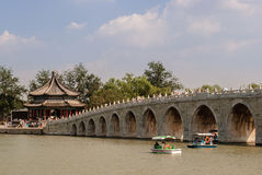 A ponte do dezessete-arco no lago Kunming no Pequim imagem de stock