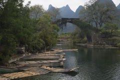 Ponte do dragão em Li River China com barcos de bambu imagens de stock royalty free