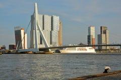 Ponte do Erasmus vista do beira-rio de Boompjeskade, com os arranha-céus modernos no fundo, Rotterdam imagem de stock royalty free