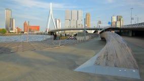 Ponte do Erasmus vista do quadrado de Willemsplein, com os arranha-céus modernos no fundo, Rotterdam imagem de stock