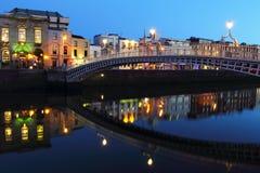 Ponte do halfpenny na noite em Dublin Foto de Stock