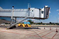Ponte do jato, ponte de embarque no aeroporto imagens de stock royalty free