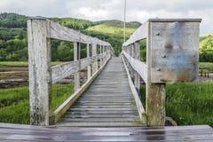 A ponte do jubileu perto do assediador do castelo em Appin com vista excitante das montanhas no fundo imagens de stock
