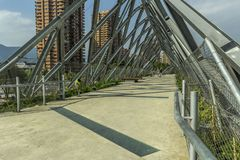 Ponte do metal no meio da cidade fotos de stock