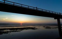 Ponte do metal pelo reservatório Fotografia de Stock Royalty Free
