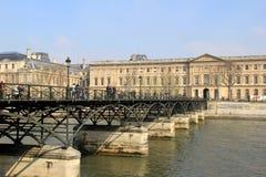 Ponte do metal pesado sobre o Seine, conduzindo ao Louvre, Paris, França, 2016 Foto de Stock Royalty Free