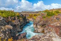 Ponte do metal sobre o rio de Hvita islândia foto de stock