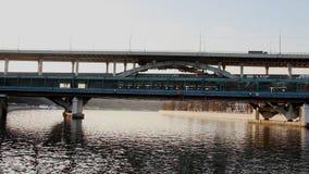 Ponte do metro sobre o rio de Moscou filme