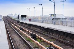 Ponte do metro do metro sobre o rio Dnieper em Kiev, Ucrânia foto de stock