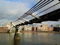 Ponte do milênio e catedral de St Paul Fotos de Stock