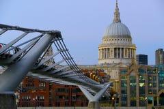 A ponte do milênio e a catedral histórica de St Pauls em Londres imagem de stock royalty free