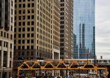 Ponte do ônibus de dois andares de Chicago sobre a movimentação de Wacker e o Chicago River em março imagem de stock royalty free