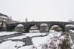 Ponte do otomano no rio geado na cidade de Kars em Turquia imagem de stock